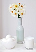 NARCISSUS ACTAEA IN WHITE GLASS ON WHITE TABLE - STYLING BY JACKY HOBBS
