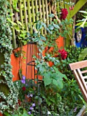 KARLA NEWELL GARDEN  BRIGHTON: SMALL TOWN GARDEN - ORANGE WALL   METAL OBELISK
