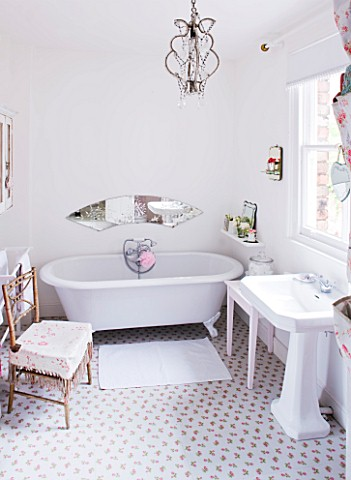 AMANDA_KNOX_HOUSE__GRANTHAM_WHITE_BATHROOM__TRADITIONAL_ROLL_TOP_BATH__MIRROR_PANEL_ENGRAVED_WITH_AM