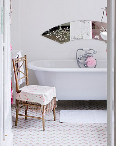 AMANDA_KNOX_HOUSE__GRANTHAM_WHITE_BATHROOM_WITH_TRADITIONAL_ROLL_TOP_BATH__CATH_KIDSTON_ROSE_PATTERN