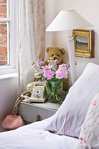 AMANDA_KNOX_HOUSE__GRANTHAM_WHITE_BEDROOM_WITH_BED_SIDE_TABLE__LAMPSHADE__OLD_PHONE_AND_TEDDY_BEAR