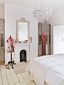 AMANDA KNOX HOUSE  GRANTHAM: WHITE BEDROOM WITH VINTAGE MANNEQUIN  MIRROR ABOVE FIREPLACE  BED