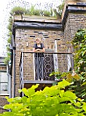 CHANTAL COADY HOUSE  LONDON: CNATALS DAUGHTER MILLIE  12  LOOKS OUT OVER BONNINGTON SQUARE FROM THE BALCONY