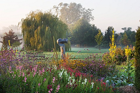 WATERPERRY_GARDENS__OXFORDSHIRE_THE_TRIAL_BEDS_AT_DAWN_WITH_PENSTEMONS__VERBENA_BONARIENSIS_AND_YELL