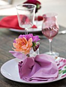JACKY HOBBS HOUSE  LONDON: DAHLIA PLACE SETTING  APRICOT AND PINK DAHLIAS IN GLASS WATER-FILLED NAPKIN HOLDER