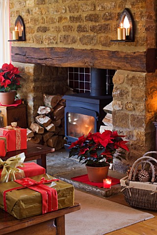 RICKYARD_BARN_HOUSE__OXFORDSHIRE_DESIGNERS_JANE_AND_CLIVE_NICHOLS_LIVING_ROOM_AT_CHRISTMAS_WITH_WRAP