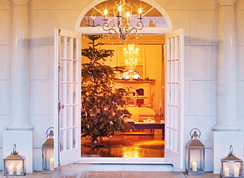 WHITE_HOUSE_VIEW_THROUGH_DOUBLE_FRENCH_DOORS_INTO_LIVING_ROOM__CHRISTMAS_TREE_AND_PRESENTS
