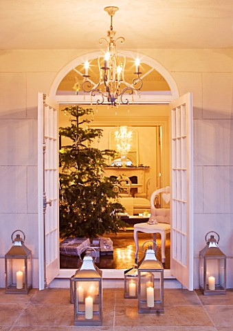 WHITE_HOUSE_VIEW_THROUGH_DOUBLE_FRENCH_DOORS_INTO_LIVING_ROOM__CHRISTMAS_TREE_AND_PRESENTS_LANTERNS_