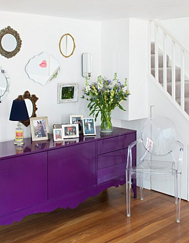 TARA_NASHKING_HOUSE__LONDON_LIVING_ROOM__VINTAGE_MIRRORS_DISPLAYED_ABOVE_BLACK_CABINET_PAINTED_WITH_