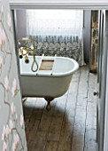 TWIG HUTCHINSON HOUSE  LONDON: BATHROOM WITH WOODEN FLOORBOARDS AND BATH