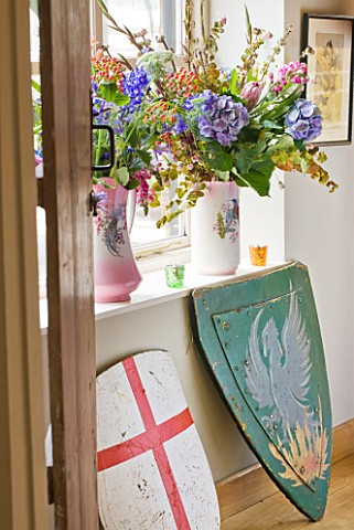 VELVET_ECCENTRIC_GARDEN_ROOM__JUGS_IN_WINDOWSILL_WITH_BIRD_MOTIFS__WITH_BLOOMS_AND_BERRIES_SHIELDS__