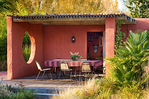 AFRICAN_GARDEN__PROVENCE__FRANCE_DESIGNER_DOMINIQUE_LAFOURCADE_TERRACOTTATONED_STUCCO_WALLS_OF_THE_P