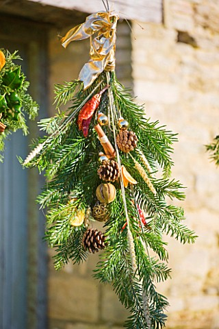 THE_GARDEN_AND_PLANT_COMPANY__HATHEROP__GLOUCESTERSHIRE_FESTIVE_HANDTIE_WITH_PINE__PINE_CONES__CINNA