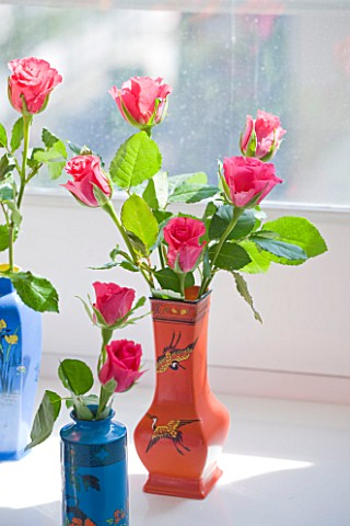 SHELLEY_VON_STRUNCKEL_APARTMENT__LONDON_ROSES_IN_COLOURED_VASES_IN_THE_LIVING_AREA