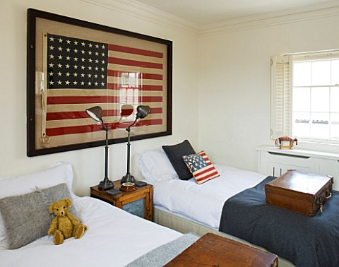 RICHARD_CARNILL_HOUSE__NOTTINGHAMSHIRE_TWIN_GUEST_ROOM_1950S_AMERICAN_FLAG_48_STARS__WOOD_AND_PUNCHE