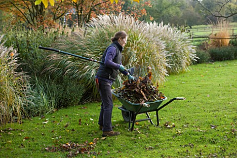 PETTIFERS_GARDEN__OXFORDSHIRE__IN_AUTUMN_POLLY_THE_GARDENER