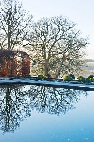 BROUGHTON_GRANGE_OXFORDSHIRE_DESIGNER_TOM_STUART__SMITH_BEECH_HEDGES_IN_FROST_IN_THE_WALLED_GARDEN_W