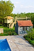 ARALIA GARDEN DESIGN - PATRICIA FOX: WEDNESDAY HOUSE: SWIMMING POOL, POOL HOUSE AND TREE HOUSE