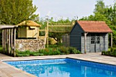 ARALIA GARDEN DESIGN - PATRICIA FOX: WEDNESDAY HOUSE: SWIMMING POOL AND POOL HOUSE