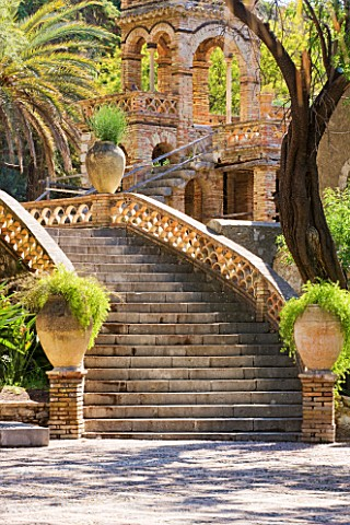 SICILY_ITALY_FLORENCE_TREVELYAN_GARDENS_TAORMINA__STEPS_WITH_TERRACOTTA_CONTAINERS__STEP_TERRACE_MED