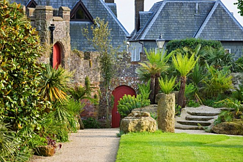 ARUNDEL_CASTLE_GARDENS__WEST_SUSSEX_THE_COLLECTOR_EARLS_GARDEN_THE_LAWN_AND_WALL_WITH_RED_DOOR___DES