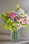 COMMON FARM FLOWERS, SOMERSET, SUMMER: FRESHLY CUT FLOWERS IN GLASS VASE ON TABLE - FLOWER, FLOWERS, BOUQUET, DISPLAY, ARRANGEMENT, FLORAL, FRESH, ALCHEMILLA MOLLIS, SWEET WILLIAM