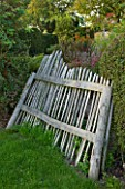 MARCHANTS HARDY PLANTS, EAST SUSSEX: WAVY CHESTNUT FENCE. FENCING, HEDGE, HEDGING, COUNTRY, GARDEN, ENGLISH, BOUNDARY, BOUNDARIES