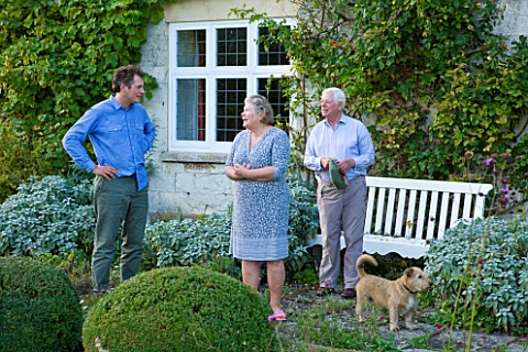 WOOLSTONE_MILL_HOUSE_OXFORDSHIRE_OWNER_JUSTIN_SPINK_WITH_PARENTS_PENNY_AND_ANTHONY_AND_THEIR_DOG_IN_