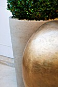 PRIVATE GARDEN LONDON: DESIGNER STEPHEN WOODHAMS - TOWN GARDEN - ROOF GARDEN - SCULPTURE POMME BY CLAUDE LALANNE