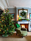 BUTTER WAKEFIELD HOUSE, LONDON. CHRISTMAS: SITTING ROOM DECORATED WITH CHRISTMAS TREE. FIREPLACE WITH WREATH ABOVE MADE BY BUTTER WAKEFIELD