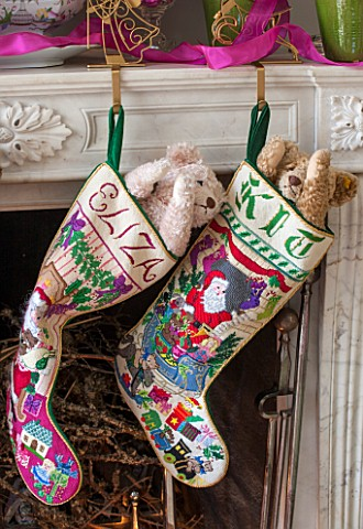 BUTTER_WAKEFIELD_HOUSE_LONDON_FAMILY_ROOM_AT_CHRISTMAS_HANDNEEDLEPOINTED_STOCKINGS_BY_BUTTER_HANG_FR