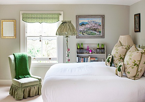 BUTTER_WAKEFIELD_HOUSE_LONDON_MASTER_BEDROOM_AT_CHRISTMAS_BUTTERS_SMALL_SIGNATURE_TOUCHES_OF_HER_FAV