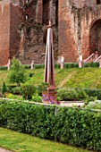 THE ELIZABETHAN GARDEN, KENILWORTH CASTLE, NEAR COVENTRY, UK. FORMAL, CLASSIC, RUINS, ANCIENT, OLD, MONUMENT