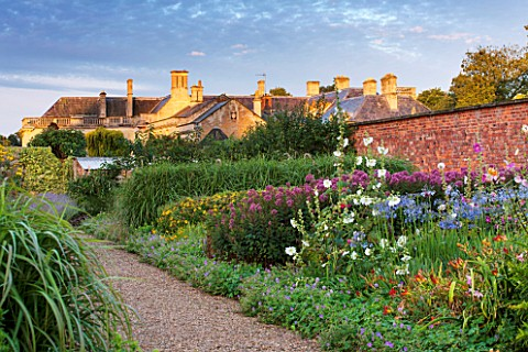 LAMPORT_HALL_NORTHAMPTONSHIRE_THE_HALL_SEEN_FROM_THE_WALLED_KITCHEN_GARDEN__CUTTING_GARDEN__JOE_PYE_