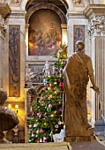 CASTLE HOWARD, YORKSHIRE: CHRISTMAS - THE GREAT HALL DECORATED FOR CHRISTMAS WITH CHRISTMAS TREE AND BAUBLES - DECORATIVE, ORNAMENT, FESTIVE, WINTER, NOVEMBER