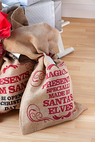 SALTWATER_NORFOLK__DESIGNER_KAREN_MOORE__CHRISTMAS_DECEMBER_WINTER__SACKS_OF_CHRISTMAS_PRESENTS_IN_T