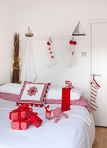 SALTWATER_NORFOLK__DESIGNER_KAREN_MOORE__CHRISTMAS_DECEMBER_WINTER__BEDROOM_IN_RED_AND_WHITE__BED_WI