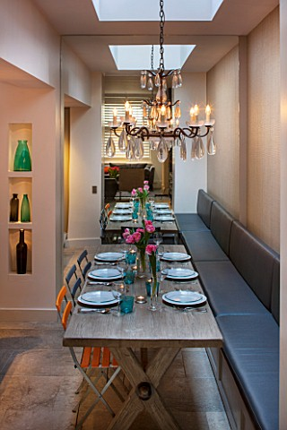 SALLY_STOREY_HOUSE_LONDON_DINING_AREA_WITH_WOODEN_TABLE_DINING_CHAIRS_CHANDELIER_AND_BANQUETTE_SEATI