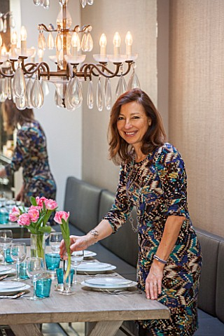 SALLY_STOREY_HOUSE_LONDON_SALLY_STOREY_IN_DINING_AREA__WOODEN_TABLE_DINING_CHAIRS_CHANDELIER_AND_BAN