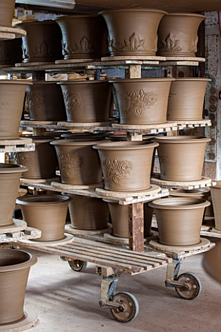 WHICHFORD_POTTERY_WARWICKSHIRE_NEWLY_THROWN_TERRACOTTA_CONTAINERS_DRYING_OUT_IN_THE_WORKSHOP