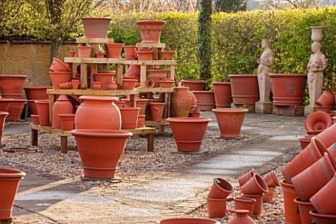 WHICHFORD_POTTERY_WARWICKSHIRE_TERRACOTTA_CONTAINERS_IN_THE_SALES_AREA