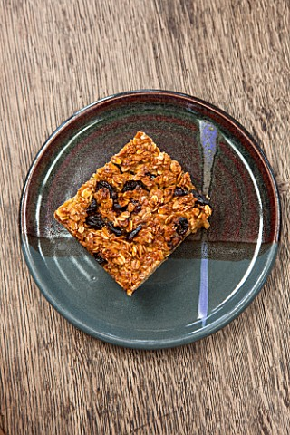 WHICHFORD_POTTERY_WARWICKSHIRE_HOME_MADE_FRUIT_FLAPJACK_SERVED_ON_WHICHFORD_POTTERY_PLATE_IN_THE_CAF