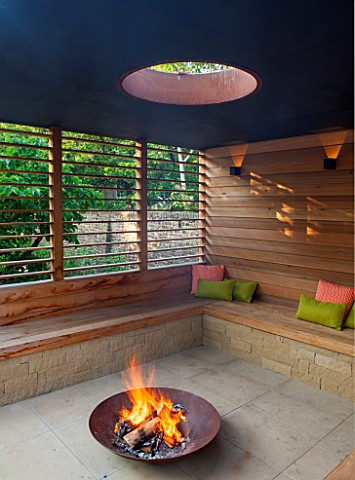 PRIVATE_GARDEN_LONDON_DESIGNED_BY_LUCY_WILLCOX_AND_ANA_SANCHEZ_MARTINFIRE_PIT_PERGOLA_WITH_WOODEN_BE