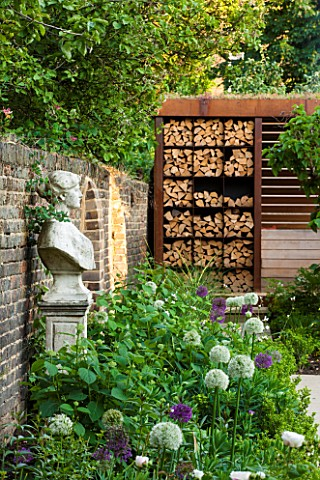 PRIVATE_GARDEN_LONDON_DESIGNED_BY_LUCY_WILLCOX_AND_ANA_SANCHEZ_MARTIN_BORDER__ALLIUM_MOUNT_EVEREST_S