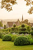 GREYHOUNDS, BURFORD, OXFORDSHIRE: CLASSIC COUNTRY GARDEN WITH LAWN, BOX DOMES AND YEW TOPIARY. BORDERS WITH COTTAGE GARDEN PLANTS. SUMMER
