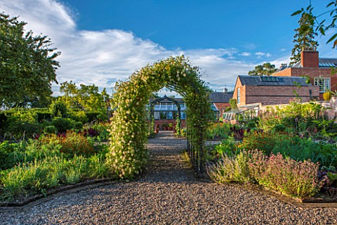 MORTON_HALL_GARDENS_WORCESTERSHIRE_KITCHEN_GARDEN_IN_LATE_SUMMER_GREENHOUSE_COUNTRY_HOUSE_CLASSIC_VE