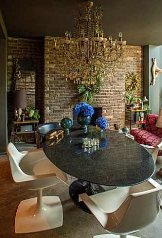 ABIGAIL_AHERN_HOUSE_LONDON_LIVING_ROOM__DINING_ROOM__CHAIRS_AND_BLACK_TABLE_CHANDELIER_FIREPLACE_INT