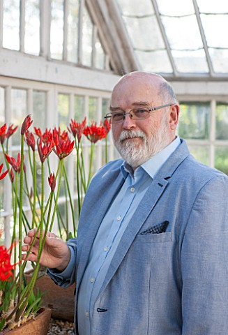 GUERNSEY_NERINE_FESTIVAL_NERINE_EXPERT_ANDREW_LANOE_WITH_NERINE_SARNIENSIS_IN_THE_LOWER_GLASSHOUSE_C