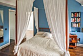 MORTON HALL, WORCESTERSHIRE: BEDROOM IN FB COOKS BLUE. FOUR POSTER BED AMADE IN CHERRY WOOD BY WIENER WERKSTAETTEN