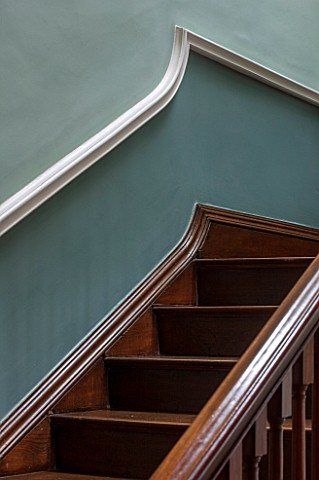 MORTON_HALL_WORCESTERSHIRE_DETAIL_OF_WOODEN_STAIRCASE_IN_HALLWAY_PAINTED_FB_GREENBLUE_ABOVE_DADO_AND